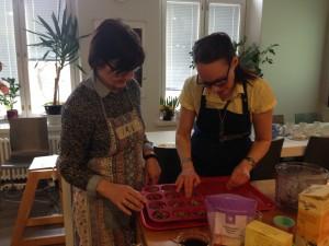 Raakaleivosten tekoa FODMAP kokkikurssilla
